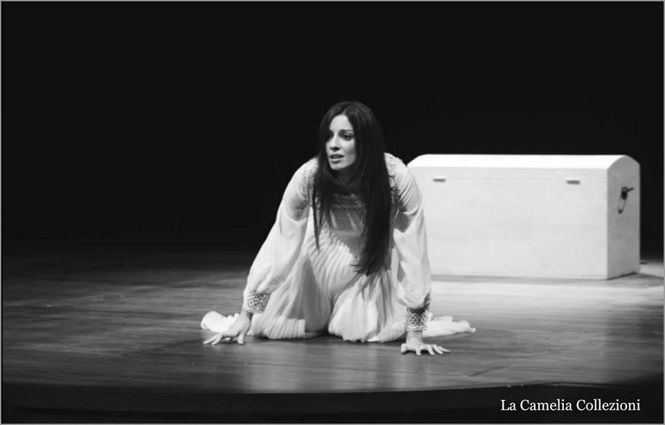 costumi per teatro - bianco plissettato con macramè - la camelia collezioni